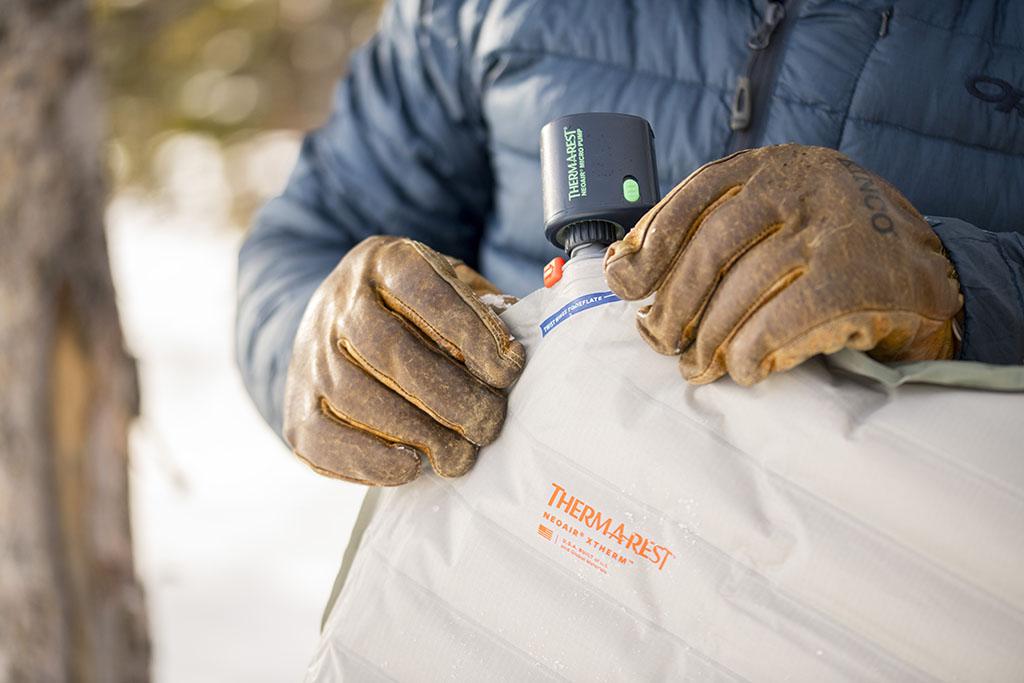 inflating sleeping pad with micro pump